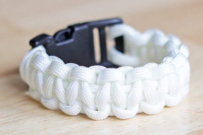 Paracord Bracelet - Tutorial at HandsOccupied.com