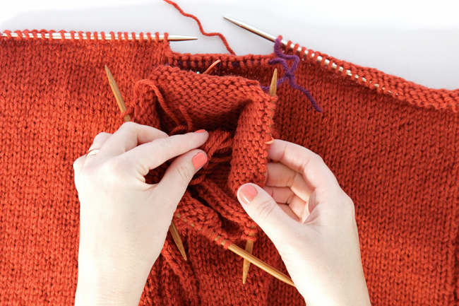 How to attach sleeves / Knit Along Day 4 at handsoccupied.com