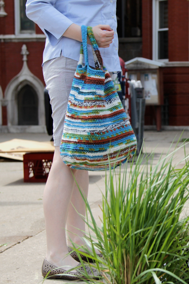 Crochet yourself this versatile Peruvian Market Tote, perfect for quick trips to the store! Get the free crochet pattern.